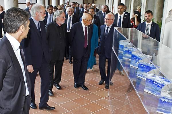 Il presidente della Repubblica Giorgio Napolitano in visita alla mostra ''I libri d'acqua'' di Antonio Nocera, Lido di Venezia, 6 settembre 2013. ANSA / US ARTELAGUNA-ALESSANDRO SCARPA ++NO SALES EDITORIAL USE ONLY++